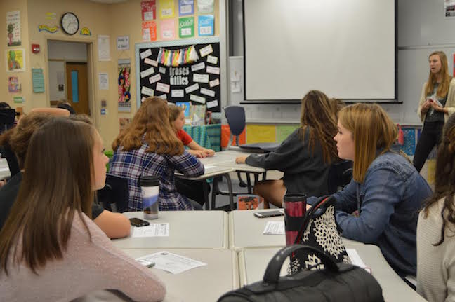 Pinterest club president Morgan Stevens meets with new members to welcome them to the club. Photo by Hallie Gallinat.