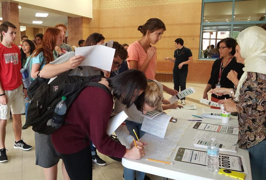 Prospective donors gather to sign up for the blood drive before lunch outside cafeteria B on Aug. 31. Photo by Mo Wood.