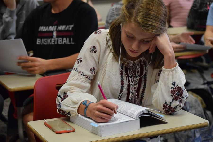 Sophomore Caroline Riebe annotates her textbook in Mrs. Paternosters 7th period APUSH class on Sept. 9. Photo by Grace Brooks.