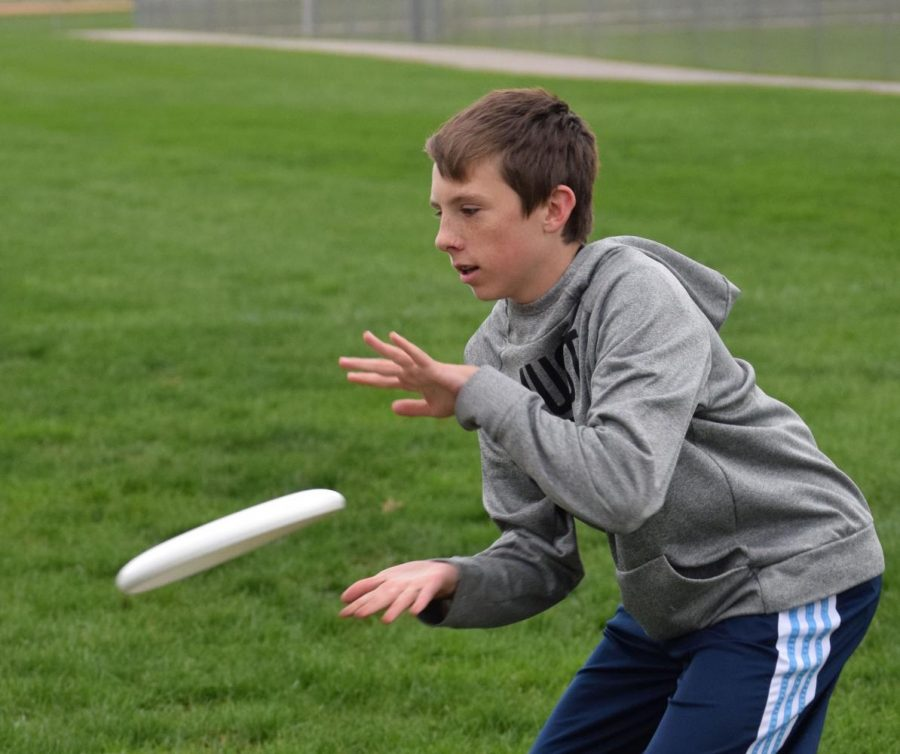 Freshman Grant Meng prepares to catch the frisbee thrown by a teammate at practice on Oct. 24. Photo by Nya Thornton.