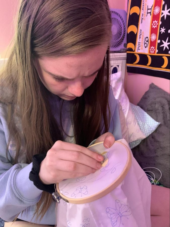 Sophomore Steffi Dixon works on her embroidery stencil to help her practice.